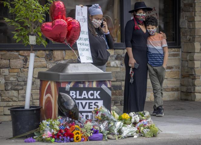 Des passants se recueillaient et déposaient des fleurs à l'endroit de l'interpellation de George Floyd, mardi26mai, àMinneapolis.