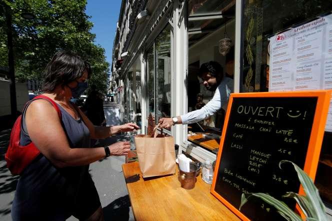 Vente à emporter dans un restaurant parisien, le 26 mai.