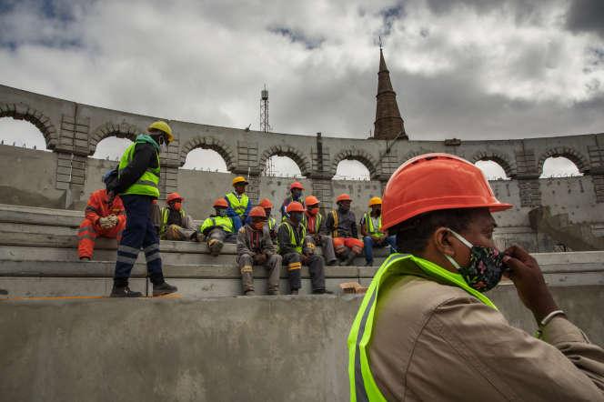 Dans l'enceinte du Rova, le colisée en construction, le 22 mai 2020, à Antananarivo.