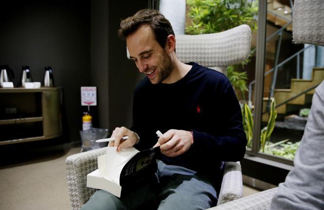 L'écrivain suisse Joël Dicker dédicace «La desaparición de Stephanie Mailer», à Bogota (Colombie), en novembre 2018.