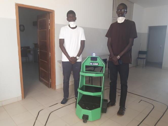 Pape Mamadou Gueye et Mouhamadou Lamine Kebe, les concepteurs du robot Dr Car, à Dakar, en mai 2020.