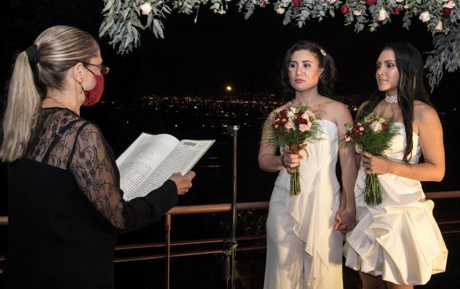 Les mariées Alexandra Quiros (gauche) et Dunia Araya (droite) devant une avocate lors de leur mariage à Heredia, au Costa Rica, le 26 mai 2020.