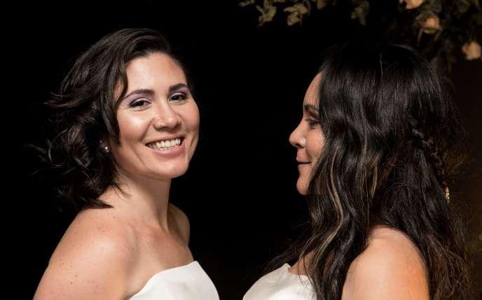 Les mariées Alexandra Quiros (gauche) et Dunia Araya (droite) célèbrent leur mariage à Heredia, au Costa Rica, le 26 mai 2020.