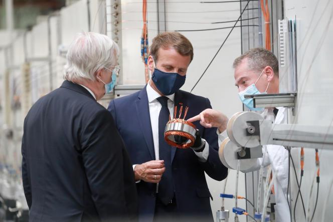 Emmanuel Macron, lors de sa visite de l'usine Valeo d'Etaples (Pas-de-Calais, le 26 mai 2020.