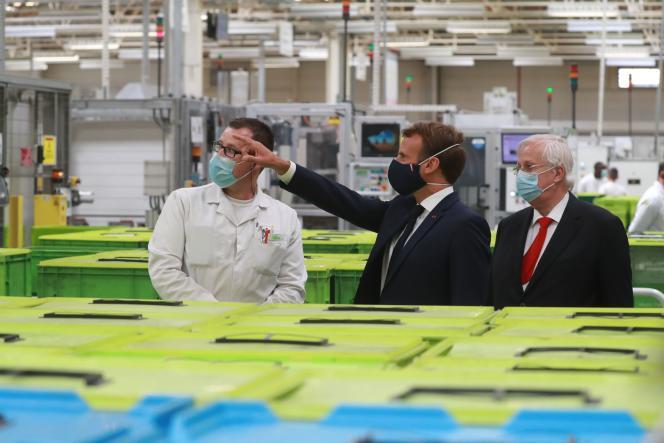 Emmanuel Macron en visite chez Valeo, à Etaples, le 26 mai.