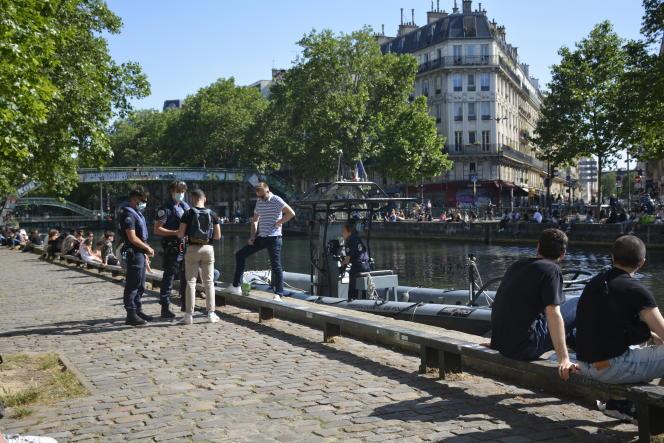 Une brigade fluviale contrôle des passants le long du canal Saint-Martin, à Paris, le 26 mai.
