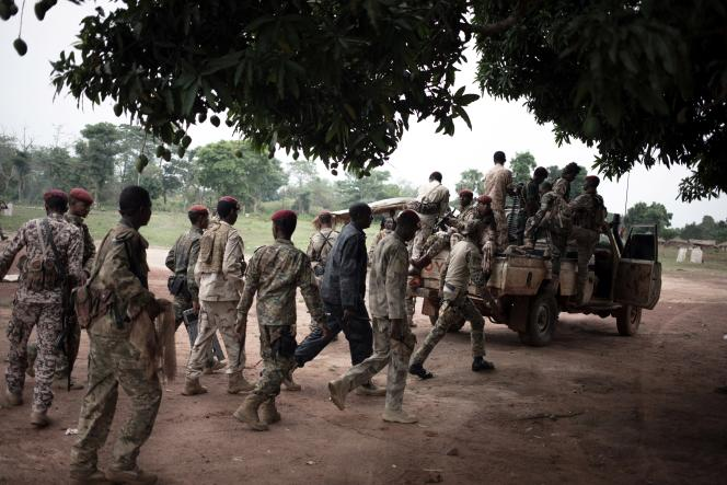 Miliciens du groupe armé Unité pour la paix en Centrafrique (UPC) du général Ali Darassa avec des soldats des forces armées centrafricaines, à Bokolobo, près de Bamabari, le 16 mars 2019.