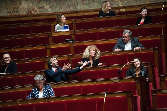 Le député Ecologie démocratie solidarité Cédric Villani réagit en faisant signe aux députés LREM lui scandant