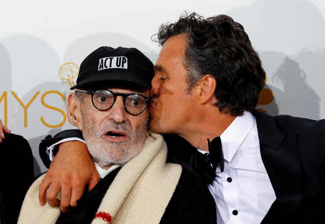 Larry Kramer et Mark Ruffalo après avoir remporté le prix du téléfilm pour «The Normal Heart», lors des Emmy Awards, à Los Angeles, en 2014.