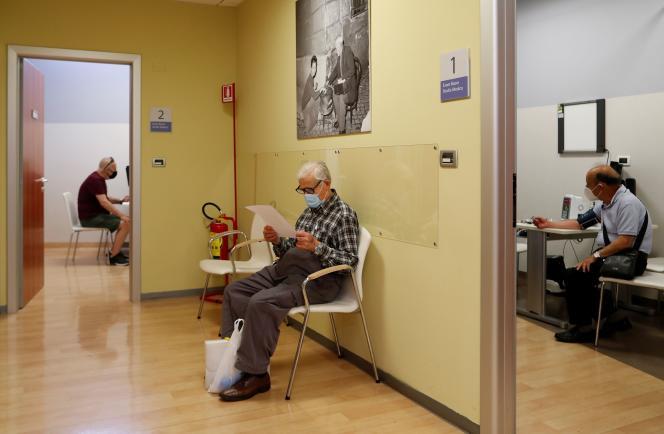 Des patients en consultation dans le centre de soin du cancer UPMC Hillman San Pietro FBF à Rome, le 25 mai.