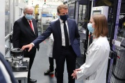 Emmanuel Macron, avec le PDG de Valeo,Jacques Aschenbroich, et une employée, à Etaples (Pas-de-Calais), le 26 mai 2020.