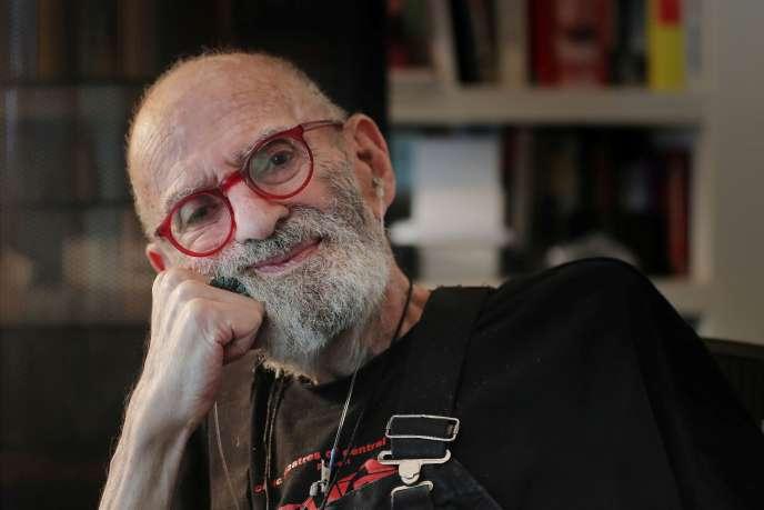 Larry Kramer pose pour un portrait dans son appartement, à New York, le 24 juin 2019.
