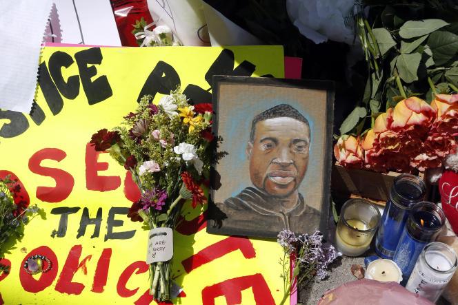 Un portrait de George Floyd près du lieu où il a été arrêté par la police avant de mourir étouffé, à Minneapolis (Minnesota), le 27 mai.