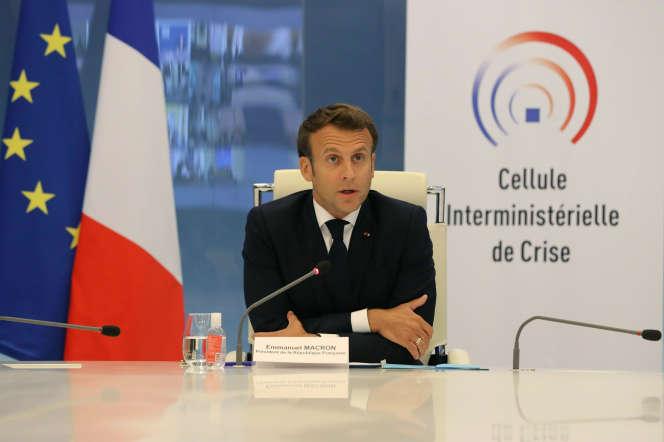 Emmanuel Macron préside une visioconference avec les préfets de région au ministère de l'intérieur le 13 mai.