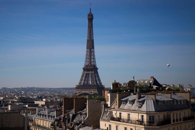 Le ballon météo d'Airparif, l'organisme chargé du contrôle de la qualité de l'air en Ile-de-France, vole à côté de la tour Eiffel à Paris, le 7 mai.