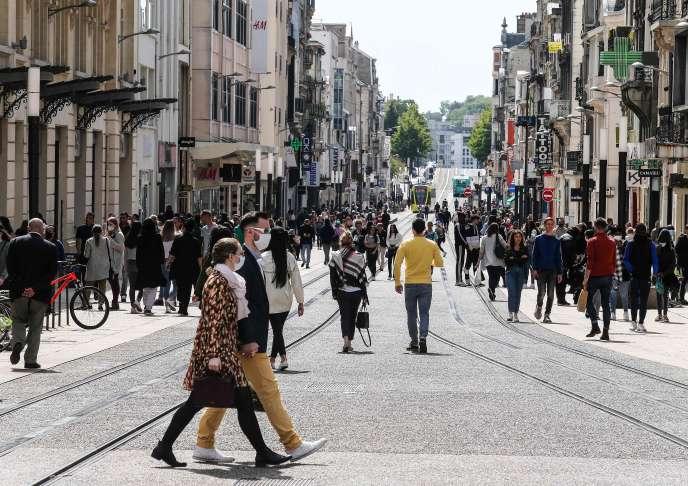 La rue de Vesle, dans le centre commerçant de Reims (Marne), lors du premier week-end du déconfinement, le 16 mai.