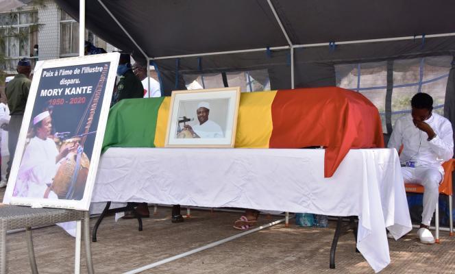 Lors des funérailles de l'artiste guinéen Mory Kanté, à Conakry, le 26 mai 2020.