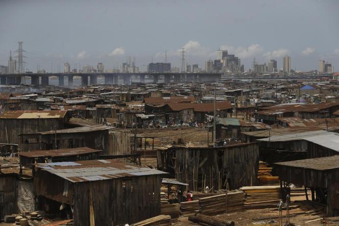 Un bidonville avec, en arrière-plan, le centre-ville de Lagos, au Nigeria, le 12 mai.