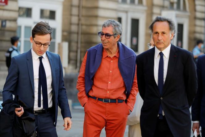 Patrick Balkany (au centre), devant le palais de justice de Paris, le 27 mai.