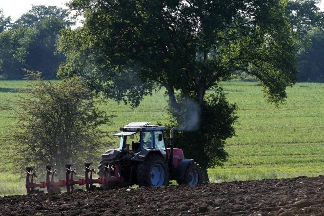 Un agriculteur, près de Vitré (Ille-et-Vilaine), le 7 mai.