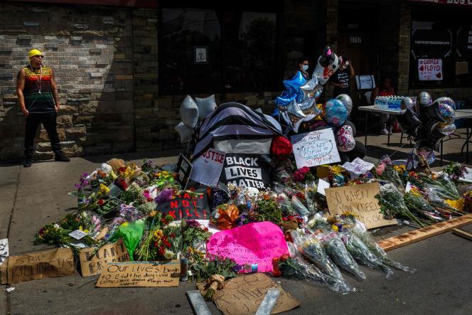 Mémorial de fortune à l'endroit où George Floyd a été arrêté, le 27mai.