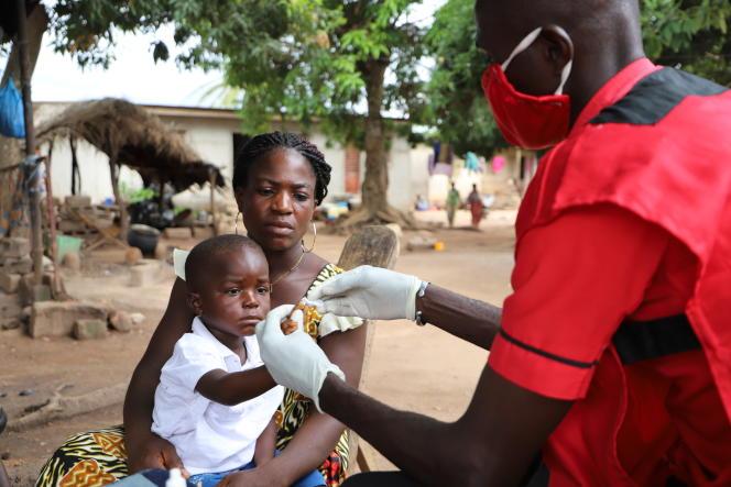 Le petit Elvis, 3 ans, a dû attendre le dépistage réalisé par l'ONG Save The Children pour être diagnostiqué positif au paludisme, à Lokassou, dans le centre du pays, en mai 2020.