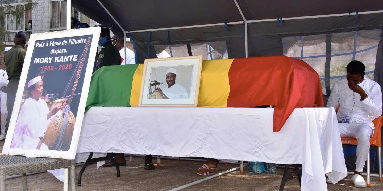 Musique et chants mandingues aux funérailles du «griot électrique» Mory Kanté en Guinée