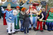 Des personnages du parc Astérix, devant Disneyland Paris, à Marne-la-Vallée (Seine-et-Marne), en 2012.