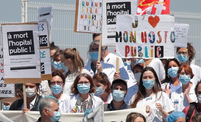 Lors d'une manifestation pour demander au gouvernement français de fournir plus de moyens et de meilleures conditions de travail aux personnels hospitaliers et pour dénoncer le manque d'argent pour les hôpitaux publics, devant l'hôpital Robert-Debré, à Paris, le 28 mai.
