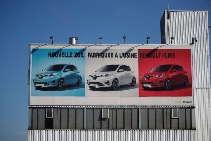 Une affiche montrant la Renault Zoé, à l'usine de Flins (Yvelines) du constructeur automobile, le 26 mai.