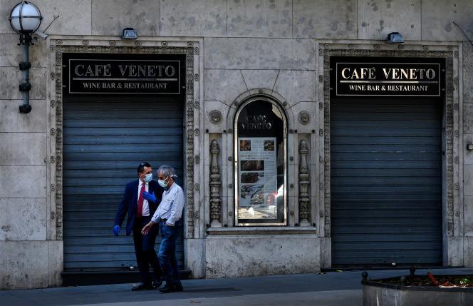 Dans le centre de Rome, devant un restaurant fermé à cause de la pandémie de Covid-19, le 21 mai.