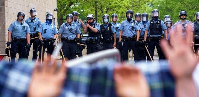 Manifestation pour protester contre la mort de George Floyd lors de son arrestation violente par des policiers,le 27 mai, à Minneapolis (Minnesota).