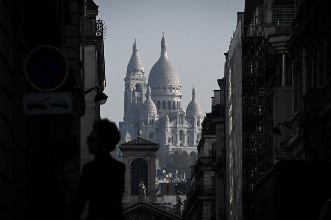 Femme devant le Sacré-Coeur, Paris. Philippe LOPEZ / AFP