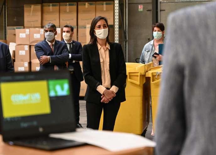 Brune Poirson, secrétaire d'Etat auprès de la ministre de la transition écologique et solidaire, lors de sa visitedans le centre de traitement des déchets sanitaires Cosmolys, à Avelin (Nord), jeudi 28 mai.