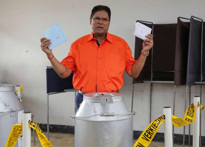 Le candidat de l'opposition aux élections législatives du Suriname Chandrikapersad Santokhi, à Paramaribo, le 25 mai.