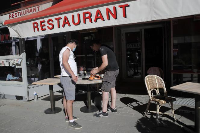 Préparatifs d'une terrasse, à Boulogne-Billancourt (Hauts-de-Seine), le 28 mai, en vue de la réouverture des restaurants et bars à partir du 2 juin.