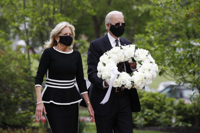 Le candidat démocrate à la présidentielle, l'ancien vice-président Joe Biden et Jill Biden, vont déposer une couronne au Delaware Memorial Bridge Veterans Memorial Park, lundi 25 mai, à New Castle (Delaware).