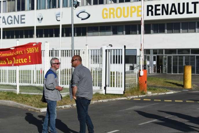 Des salariés se tiennent devant l'entrée de la Fonderie de Bretagne, filiale du groupe Renault, à Caudan (Morbihan), le 28 mai.