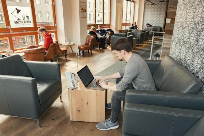 Un espace de coworking, dans un café, à Berlin, en 2017.