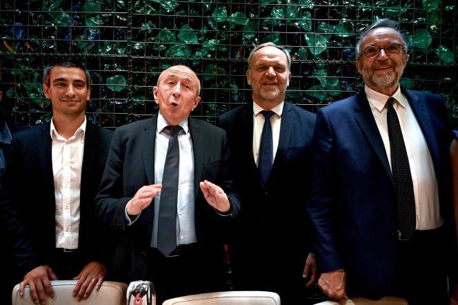 Le maire sortant de Lyon, Gérard Collomb, (2e à gauche), les candidats à la mairie de Lyon Yann Cucherat (à droite, LRM) et Etienne Blanc (à gauche, LR), et le candidat à la métropole de Lyon François-Noël Buffet (2e à droite, LR), le 28 mai 2020, à Lyon, lors d'une conférence de presse.