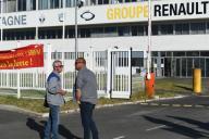 Des manifestants se tiennent devant l'entrée de la Fonderie de Bretagne, filiale du Groupe Renault, le 28 mai 2020, à Caudan (Morbihan).