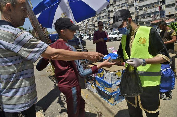 Distribution de masques à Alger, le 21 mai 2020.