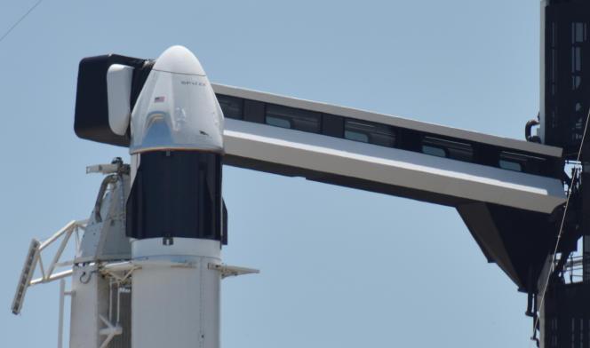 La capsule Crew Dragon au sommet de la fusée Falcon-9, le 29 mai.