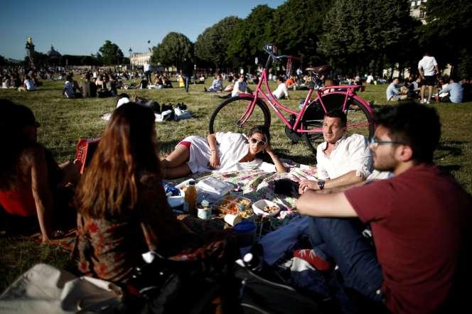 Devant les Invalides, à Paris, vendredi 29 mai 2020.