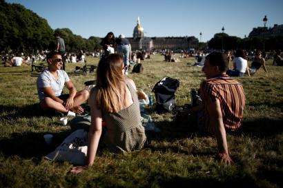 Des Parisiens profitent de la chaleur devant le musée des Invalides à Paris, vendredi 29 mai.