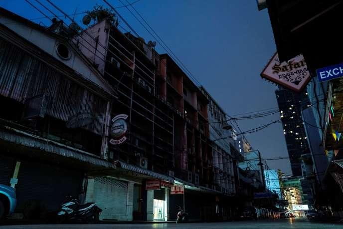 Le quartier presque vide de Patpong, connu pour ses travailleurs du sexe et généralement bondé de touristes, à Bangkok, le 26 mai.