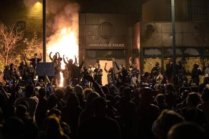 Des manifestants protestent devant le bâtiment du 3e quartier de la police de Minneapolis, après qu'il a été incendié, au soir du 28 mai.
