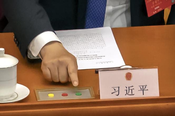 Xi Jinping vote un projet de loi sur la sécurité nationale concernant Hongkong, à Pékin, le 28 mai.