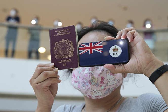 Une manifestante brandit un passeport pour Britanniques d'Outre-mer à Hongkong, le vendredi 29 mai 2020.