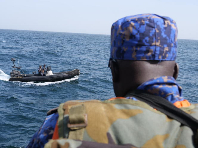 Un garde-côtes gambien, depuis le «Bob Barker» de l'ONG Sea Sheperd,en janvier 2020.